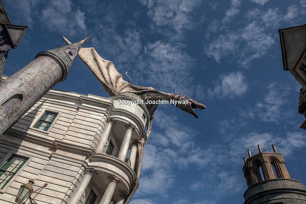 20151117 Orlando Florida USA <br /> Universal studios<br /> The Wizarding World of Harry Potter Diagon Alley<br /> Eldsprutande drake p&aring; taket till Gringotts bank<br /> <br /> <br /> <br /> FOTO : JOACHIM NYWALL KOD 0708840825_1<br /> COPYRIGHT JOACHIM NYWALL<br /> <br /> ***BETALBILD***<br /> Redovisas till <br /> NYWALL MEDIA AB<br /> Strandgatan 30<br /> 461 31 Trollh&auml;ttan<br /> Prislista enl BLF , om inget annat avtalas.