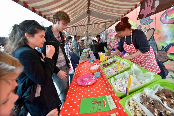 Nederland, Nijmegen, 25-5-2015Smaakmarkt bij de Vasim. Grote toeloop van publiek voor de vele stands waar eten en drinken verkrijgbaar is.FOTO: FLIP FRANSSEN/ HOLLANDSE HOOGTE