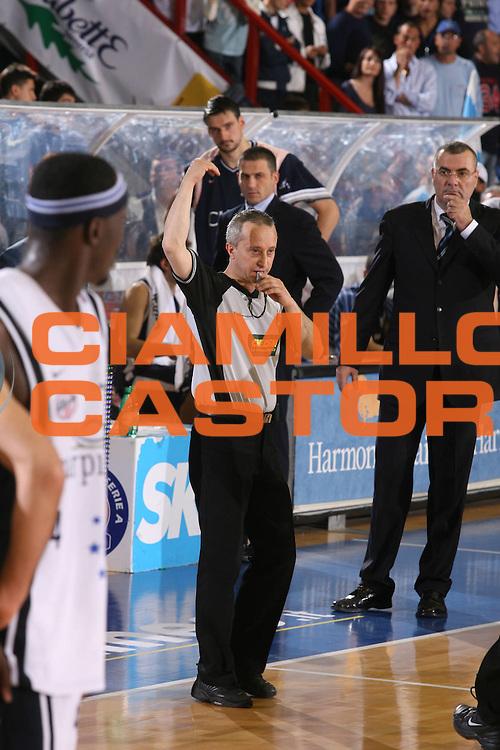 DESCRIZIONE : Associazione Italiana Arbitri Pallacanestro Lega A1 2005-06 Play Off Semifinale Gara 2 <br /> GIOCATORE : Arbitro Repesa <br /> SQUADRA : Climamio Fortitudo Bologna <br /> EVENTO : Campionato Lega A1 2005-2006 Play Off Semifinale Gara 2 <br /> GARA : Carpisa Napoli Climamio Fortitudo Bologna <br /> DATA : 04/06/2006 <br /> CATEGORIA : Delusione <br /> SPORT : Pallacanestro <br /> AUTORE : Agenzia Ciamillo-Castoria/G.Ciamillo <br /> Galleria : Aiap 2005-2006 <br /> Fotonotizia : Associazione Italiana Arbitri Pallacanestro Campionato Italiano Lega A1 2005-2006 Play Off Semifinale Gara 2 <br /> Predefinita :