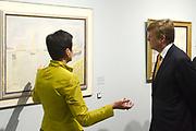 Koning Willem-Alexander bij de opening van de tentoonstelling &lsquo;Seurat. Meester van het pointillisme&rsquo; in het Kroller-Muller Museum. <br /> <br /> King Willem-Alexander at the opening of the exhibition 'Seurat. Master of Pointillism 'in the Kr&ouml;ller-M&uuml;ller Museum.<br /> <br /> Op de foto / On the photo:  Directeur van het Kroller-Muller Museum Lisette Pelsers geeft Koning Willem-Alexander een rondleiding<br /> <br /> Director of the Kr&ouml;ller-M&uuml;ller Museum Lisette Pelsers gives King Willem-Alexander a tour
