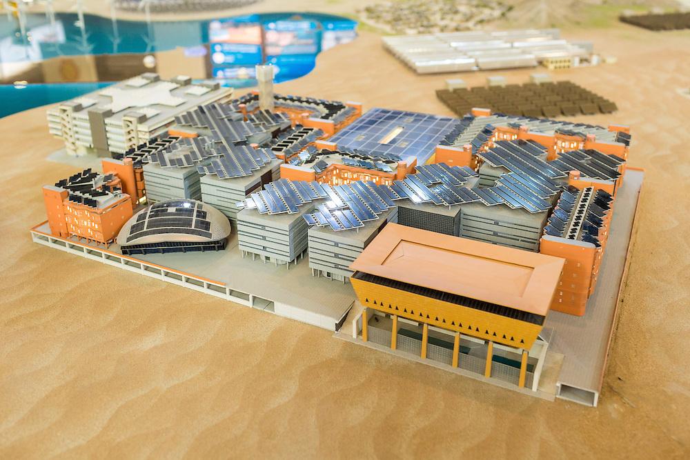 ABU DHABI, EMIRATS ARABES UNIS - 19 JANVIER 2016: Maquette de la partie déjà construite de Masdar City durant le Forum de  'Abu Dhabi Sustainability Week'.