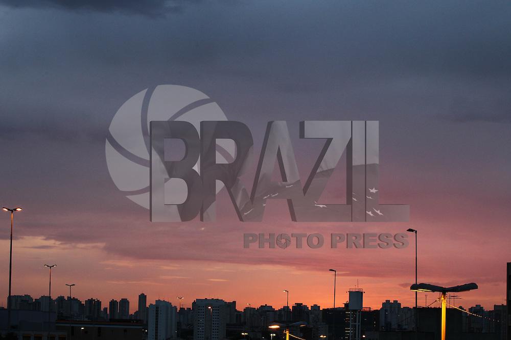 SAO PAULO, SP, 13/03/2013, CLIMA TEMPO. Manhã nublada em São Paulo nessa quarta-feira (13), fotos da região centra da capital paulista. FOTO: LUIZ GUARNIERI/ BRAZIL PHOTO PRESS.