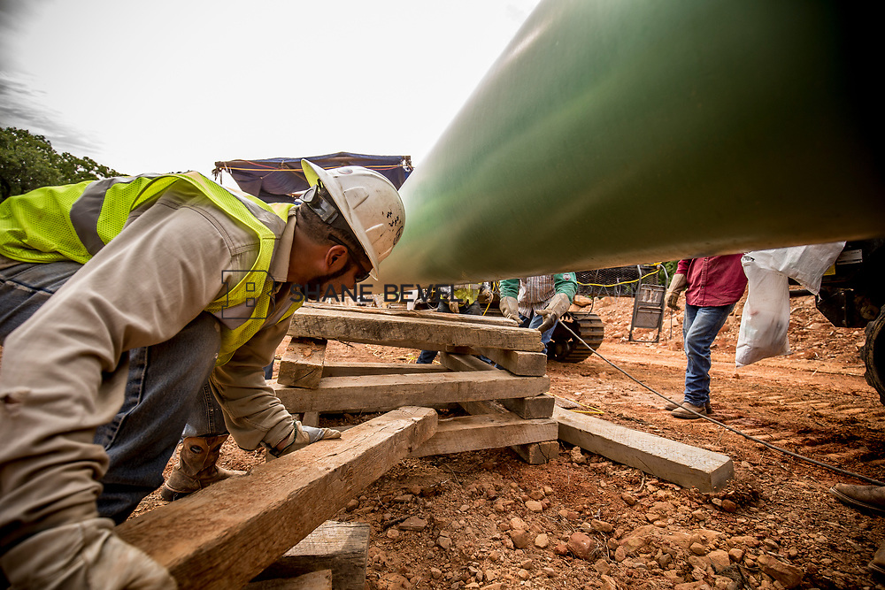 6/1/17 9:00:34 AM -- Sen. James Inhofe visits the Diamond Pipeline sight with representatives from Plains All American Pipeline, Valero and Pumpco Pipeline Construction near Hectorville, Okla.<br /> <br /> Photo by Shane Bevel