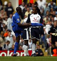 Fotball<br /> England 2005/2006<br /> Foto: SBI/Digitalsport<br /> NORWAY ONLY<br /> <br /> Tottenham v Chelsea<br /> The Barlcays Premiership.<br /> 27/08/2005.<br /> Claude Makalele shows Edgar Davids how high to kick it