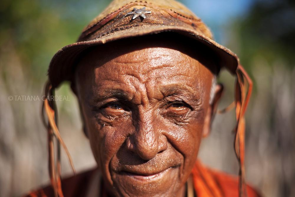 Vaqueiro do sertão: Seu João da Cruz é também o principal rezador do povoado de Várzea Queimada.<br /> <br /> Projeto A Gente Transforma - Chapada do Araripe - Piauí...Povoado Várzea Queimada, Município de Jaicós, Estado do Piauí. Fevereiro, 2012.