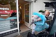 Nederland, Elzendorp, 15-10-2013Turken halen hun geslachtte schaap op bij slagerij Vogels om het offerfeest te vieren.Foto: Flip Franssen/Hollandse Hoogte