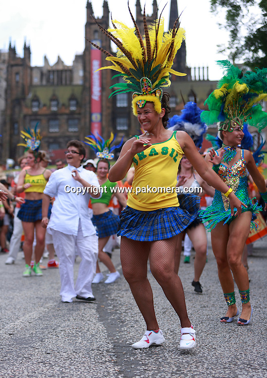 Edinburgh Festival Carnival 2014. Carnival performers from the top of the Mound to the West End of Princes Street. Pako Mera 20/07/2014