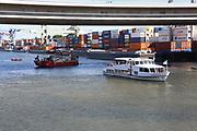 Mannheim. 29.07.17 | &Uuml;bung um M&uuml;hlauhafen<br /> M&uuml;hlauhafen. Rettungs&uuml;bung von Feuerwehr DLRG und ASB. Das Szenario: Ein Fahrgastschiff brennt und die Passagiere m&uuml;ssen gerettet werden. <br /> Auf der MS Oberrhein wird ge&uuml;bt. Dazu ankert das Schiff in der Fahrrinne des M&uuml;hlauhafens. Das Feuerl&ouml;schboot Metropolregion 1 kommt dazu.<br /> <br /> BILD- ID 0922 |<br /> Bild: Markus Prosswitz 29JUL17 / masterpress (Bild ist honorarpflichtig - No Model Release!)