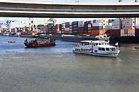 Mannheim. 29.07.17   &Uuml;bung um M&uuml;hlauhafen<br /> M&uuml;hlauhafen. Rettungs&uuml;bung von Feuerwehr DLRG und ASB. Das Szenario: Ein Fahrgastschiff brennt und die Passagiere m&uuml;ssen gerettet werden. <br /> Auf der MS Oberrhein wird ge&uuml;bt. Dazu ankert das Schiff in der Fahrrinne des M&uuml;hlauhafens. Das Feuerl&ouml;schboot Metropolregion 1 kommt dazu.<br /> <br /> BILD- ID 0922  <br /> Bild: Markus Prosswitz 29JUL17 / masterpress (Bild ist honorarpflichtig - No Model Release!)