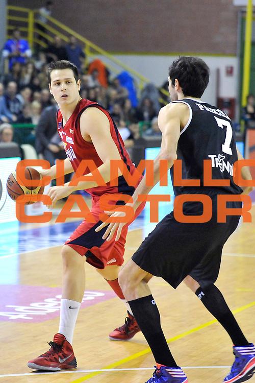 DESCRIZIONE: Casale Monferrato Campionato LNP ADECCO GOLD 2013/2014 Novipiu Casale Monferrato-Aquila Basket Trento<br /> GIOCATORE: Niccolo Martinoni<br /> CATEGORIA: palleggio<br /> SQUADRA: Novipiu Casale Monferrato<br /> EVENTO: Campionato LNP ADECCO GOLD 2013/2014<br /> GARA: Novipiu Casale Monferrato-Aquila Basket Trento<br /> DATA: 22/12/2013<br /> SPORT: Pallacanestro <br /> AUTORE: Junior Casale/Gianluca Gentile<br /> Galleria: LNP GOLD 2013/2014<br /> Fotonotizia: Casale Monferrato Campionato LNP ADECCO GOLD 2013/2014 Novipiu Casale Monferrato-Aquila Basket Trento<br /> Predefinita:
