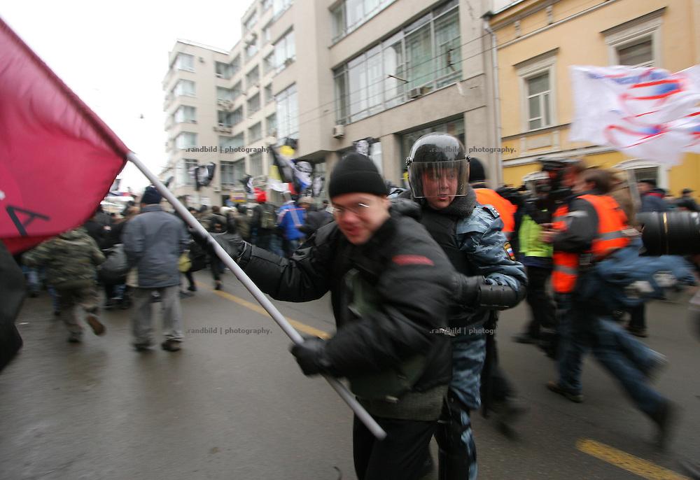 Ein Demonstrant wird am Abend verhaftet. Nachdem rund 2000 Menschen in Moskau eine Kundgebung gegen den russischen Praesidenten Putin abhielten, durchbrachen hunderte Oppositionelle Polizeisperren, um zur Zentralen Wahlkommision vorzudringen. Kraefte der Sondereinheit OMON stoppte den Protest und verhaftete mehrere Demonstranten. Auch der ehemalige Schachweltmeister und populaere Oppositionelle Garry Kasparow wurde inhaftiert. A protester is caputered be police. After an opposition gathering in Moscow several thousand protesters tried to march on the Central Election Commission. After they broke police lines russian police broke up the march and detained serveral protesters, also the protest leader, former chess champion Garry Kasparov.