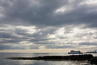 Baldur skríður inn til hafnar í Flatey á Breiðafirði.