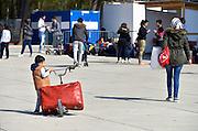 Nederland, Nijmegen, 21-4-2016De noodopvang kamp Heumensoord loopt sinds begin maart langzaam leeg. Het COA brengt de asielzoekers elders onder om het tentenkamp op 1 mei leeg te hebben om met de afbraak te kunnen beginnen. 1 juni moet het terrein opgeleverd worden. Vandaag vertrekt een goep van 25 naar Zeewolde. Iedereen mag twee koffers en wat handbagage meenemen. Vertrekkende bewoners nemen soms emotioneel afscheid van vrijwilligers en achterblijvers. In de afgelopen maanden zijn vele vriendschappen ontstaan.Nijmegen, The netherlands,Temporary camp for refugees in Nijmegen is closing down after 8 months . Refugees are being transferred to other centers, locations  .Foto: Flip Franssen