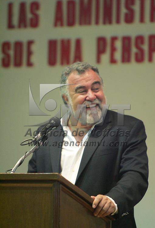 Metepec, Mex.- Alejandro Encinas, ex Jefe de Gobierno del Distrito Federal, durante su participacion en &quot;La Funcion de las Administraciones Municipales en el Estado de Mexico, desde una Perspetiva de la Izquierda Democratica&quot;, donde estuvo presente el edil de Metepec, Oscar Gonzalez Ya&ntilde;ez&middot;. Agencia MVT / Javier Rodriguez. (DIGITAL)<br /> <br /> NO ARCHIVAR - NO ARCHIVE