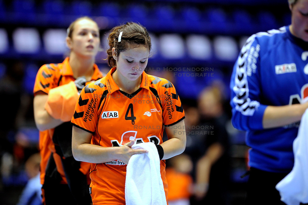 18-10-2009 HANDBAL: NEDERLAND - MACEDONIE: ROTTERDAM<br /> Nederland speelt met 20-20 gelijk tegen Macedonie / Sharina van Dort<br /> &copy;2009-WWW.FOTOHOOGENDOORN.NL