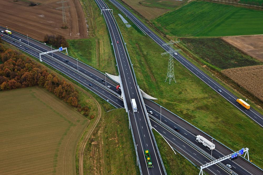 Nederland, Limburg, Gemeente Maasbracht, 15-11-2010; Knooppunt Het Vonderen.. splitsing A2 en A73, Junction Het Vonderen..luchtfoto (toeslag), aerial photo (additional fee required).copyright foto/photo Siebe Swart