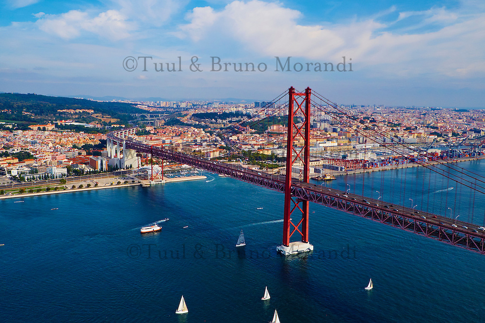 Portugal, Lisbonne, pont du 25 Avril sur le Tage // Portugal, Lisbon, 25 April bridge on the Tagus river