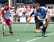 AMSTELVEEN -  Jelte van Gennip (r) van Hurley met Manuel Verga (Almere)   Play Offs / Outs Hockey hoofdklasse.  Hurley-Almere (0-1) . Almere wint blijft in de hoofdklasse. COPYRIGHT KOEN SUYK