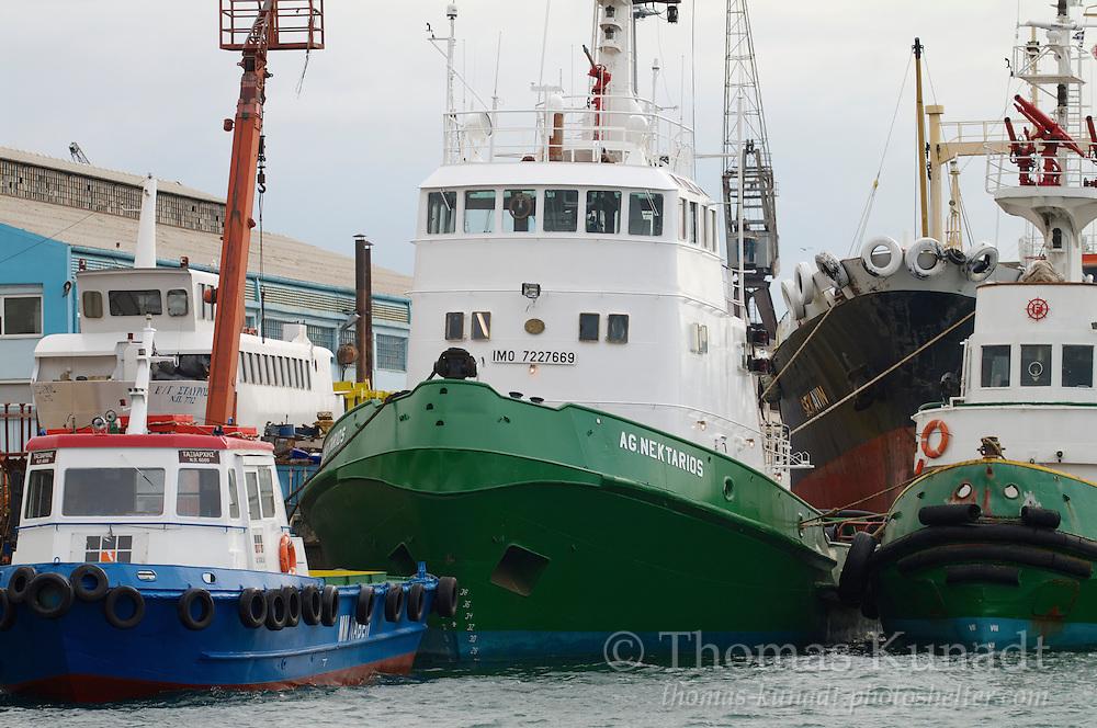 Schlepper AG. NEKTARIOS ex GARANT (Baujahr 1972) im Hafen von Perama bei Piräus in Griechenland am 23.02.2009