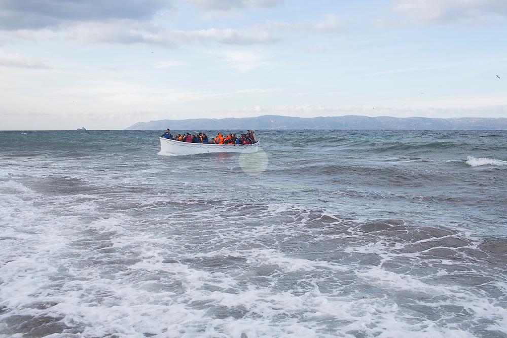 GRIECHENLAND, Lesbos, Efthalou, 31.10.2015 / Mit zunehmenden Herbststuermen wird auch die Ueberfahrt aus der Tuerkei nach Lesbos immer schwieriger. Trotzdem versuchen jeden Tag Hunderte von Menschen die gefaehrliche Ueberfahrt. Bei Ankunft an der Kueste versuchen freiwillige Helfer, die Menschen moeglichst schnell ins Trockene zu bringen und zu verpflegen. Oertliche Polizei oder Krankenwagen sind hier nicht anwesend - fuer die gesamte Insel gibt es nur 2 Rettungswagen. Hier ein Fluechtlingsschiff kurz vor der Kueste zu Lesbos. Am Steuer sind meist Menschen, die von Navigation auf See ueberhaupt kein Wissen haben, viele der Passagiere koennen zudem nicht schwimmen.