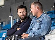 Den tidligere trænerduo i FC Roskilde, Christian Lønstrup og John Bredahl på tribunen under træningskampen mellem Lyngby Boldklub og FC Helsingør den 3. juli 2019 på Lyngby Stadion (Foto: Claus Birch)