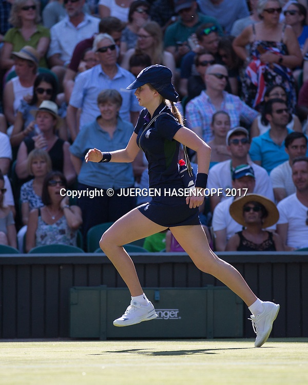 Wimbledon Feature, Ballmaedchen sprinted auf dem Platz<br /> <br /> Tennis - Wimbledon 2017 - Grand Slam ITF / ATP / WTA -  AELTC - London -  - Great Britain  - 5 July 2017.