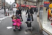 Frankrijk, Parijs, 28-3-2010Een oude hond in een buggy en moeder met kind in een andere buggy op straat in het centrum van de stad.Foto: Flip Franssen/Hollandse Hoogte