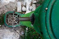 Reportage sul comune di Alessano per il progetto propugliaphoto..Vecchia fontana in ferro di color verde..Macurano è un villaggio rupestre considerato un luogo di scambio e commercio, simbolo della cultura dell'olio per la presenza ad oggi di alcune tracce nelle grotte e di frantoi funzionanti nella zona. L'insediamento è caratterizzato da una serie di grotte sia naturali che scavate nel calcare, cisterne per la raccolta dell'acqua, sistemi di canalizzazione che scendono da Montesardo, viottoli, scalette e vie più larghe con antiche tracce di carri..Si ritiene che in questo sito, un vero e proprio centro abitato ben organizzato distante circa quattro km dalla costa, i monaci basiliani scappati dall'oriente in seguito alla lotta iconoclasta, trovarono rifugio e si dedicarono all'agricoltura..L'area del villaggio rupestre fu sicuramente sfruttata in epoche successive, lo prova l'esistenza di ben tre masserie di cui una fortificata e i resti di una serie di costruzioni che fanno parte dei numerosi esempi di architettura rurale presenti in questo territorio. .Il complesso masserizio, denominato Macurano, edificato probabilmente nel Cinquecento include la Masseria di Santa Lucia e la cappella di Santo Stefano. La Masseria è dominata dal nucleo originario, ovvero dalla torre cinquecentesca coronata da beccatelli a sostegno del parapetto aggettante del terrazzo sommitale.