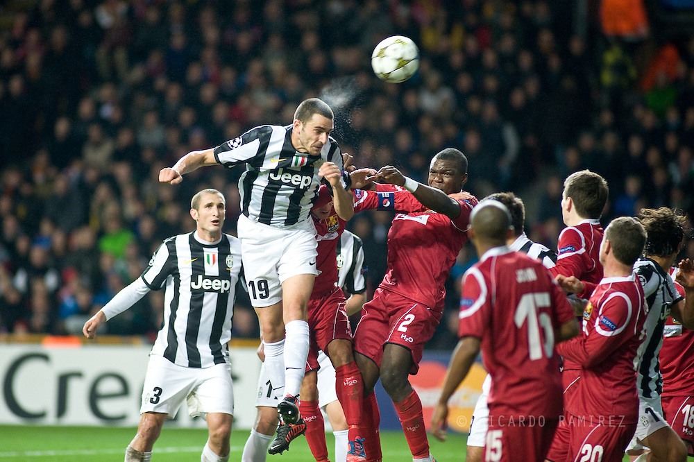 23.10.12. Copenhagen, Denmark. UEFA Champions League Group E, FC Nordsjaelland  1 vs Juventus 1 at the Parken Stadium. Bonucci (L) of Juventus fights for the ball during the UEFA Champions League..Photo: © Ricardo Ramirez.