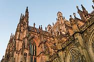 Nederland, Den Bosch, 20160719<br /> De Oostzijde van de St. Jan in Den Bosch. In het avondlicht<br /> Kathedraal St. Jan in Den Bosch.De Sint-Janskathedraal (voluit: de Kathedrale Basiliek van Sint-Jan Evangelist) in de binnenstad van 's-Hertogenbosch wordt veelal beschouwd als het hoogtepunt van de Brabantse gotiek. De kathedraal imponeert door zijn omvang en enorme rijkdom aan beeldhouwwerk. Uniek in Nederland zijn de dubbele luchtbogen en uniek in de wereld zijn de 96 luchtboogfiguren.De kerk in volle pracht op de Parade<br /> Sint-Janskathedraal<br /> <br /> Netherlands, Den Bosch<br /> The St. John's Cathedral (in full: the Cathedral Basilica of St. John the Evangelist) in the city of 's-Hertogenbosch is often regarded as the pinnacle of Brabant Gothic. The cathedral impresses by its size and wealth of sculpture. Unique in the Netherlands are the double flying buttresses and unique in the world, the 96 flying buttress figures.<br /> St. John's Cathedral