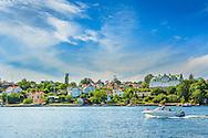 Motorbåt passerar vid vid Dalarö i Stockholms skärgård. / Stockholm archipelago in Sweden.