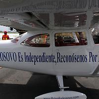 """TOLUCA, México.- James Berisha, ciudadano de Kosovo esta realizando una campaña en pro del reconocimiento de la independencia de su país llamada """"Volando por Kosovo"""", en una avioneta tipo Cessna esta llevando a cabo un recorrido por América Latina, en su paso por México,  Toluca fue una de las 5 ciudades que visitará, entre ellas Zacatecas, Chihuahua, Veracruz, Tuxtla Gutierrez, esta campaña la esta haciendo sin apoyo alguno por parte del gobierno de su país. Agencia MVT / Crisanta Espinosa. (DIGITAL)"""
