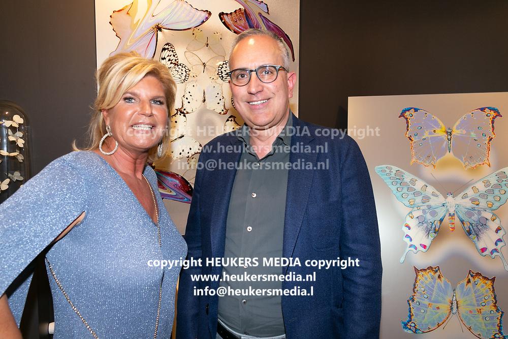 Opening van de duo tentoonstelling Loes van Delft en David Stesner bij de Cobra Art Gallery in Amsterdam. Op de foto: Jeannette van Rijswijk en Farid Kazem