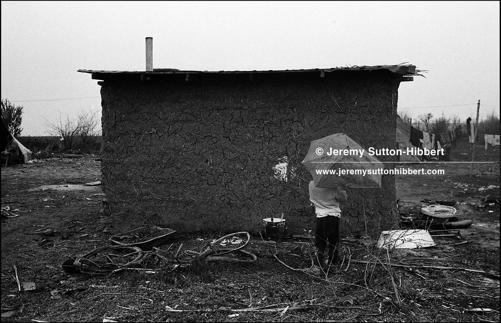THE STANESCU HOUSEHOLDS. SINTESTI. ROMANIA. NOVEMBER 1996..©JEREMY SUTTON-HIBBERT 2000..TEL. /FAX.+44-141-649-2912..TEL. +44-7831-138817.