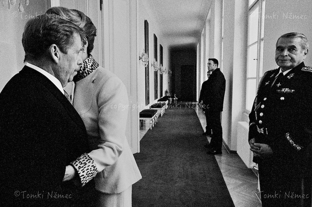 *EN/ CZECH REPUBLIC, PRAGUE - OFFICE OF THE PRESIDENT, JANUARY 2003...DAGMAR HAVLOVA EMBRACES HER HUSBAND BEFORE HIS LAST SPEECH IN FRONT OF THE PARLIAMENT OF THE CZECH REPUBLIC WHICH WILL BE VOTING TO CHOOSE A NEW PRESIDENT...PRESIDENT VACLAV HAVEL LEAVES THE OFFICE OF PRESIDENT OF THE CZECH REPUBLIC AFTER THIRTEEN YEARS IN OFFICE. JANUARY 2003.