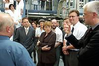 09 JUN 2004, JENA/GERMANY:<br /> Dieter Althaus (L), CDU, Ministerpraesident, und Angela Merkel (M), CDU Bundesvorsitzende, besuchen das Hans-Knoell-Institut, HKI, ein Institut fuer Naturstoff-Forschung<br /> IMAGE: 20040609-01-080<br /> KEYWORDS: Ministerpraesident, Thüringen