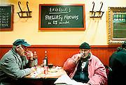 Spanje, Barcelona, 10-1-2004..Twee bouwvakkers pauzeren en eten een maaltijd in een restaurantje. Eetgewoonte, horeca, productiviteit, economie...Foto: Flip Franssen