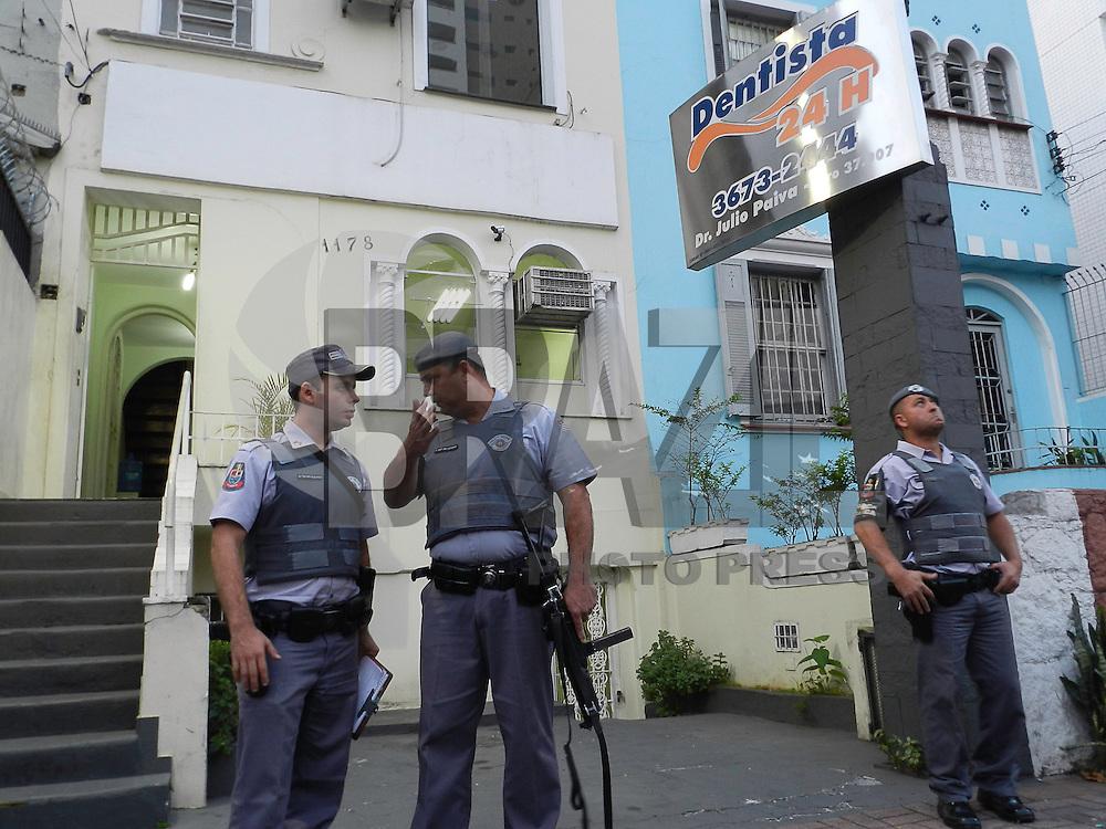 SAO PAULO, SP, 14  DE MAIO DE 2013 - ROUBO EM CONSUTORIO ODONTOLOGICO - Prisão de homem armados que fizeram reféns funcionários e clientes após tentativa de roubo num consultório odontológico na Rua Clélia, na região da Lapa, zona oeste de São Paulo (SP), nesta terça-feira (14). A ocorrência deve ser registrada no 7º distrito policial, na Lapa. FOTO: MAURICIO CAMARGO / BRAZIL PHOTO PRESS.