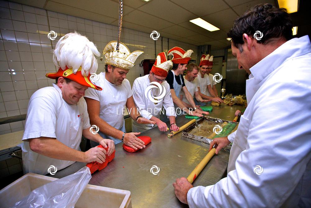 AMMERZODEN - De voltallige raad van XI met hun partners was donderdagavond aan het werk om Malse Arckeltjes en carnavalskrakers te maken. FOTO LEVIN DEN BOER - PERSFOTO.NU