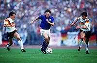 Fotball<br /> EM-sluttspillet 1988<br /> Itallia v Vest Tyskland<br /> Foto: Digitalsport<br /> Norway Only<br /> Carlo Ancelotti, Italia, Lothar Matthaus og Pierre Littbarski, Vest Tyskland