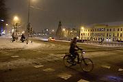 Een meisje fietst 's avonds in de sneeuw over het Smakkelaarsveld in Utrecht.<br /> <br /> A girl is cycling in the evening at Smakkelaarsveld in Utrecht.