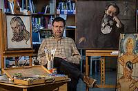 דורון לוריא<br />  רסטורטור ב מעבדת ה רסטורציה<br /> ב מוזיאון תל אביב<br /> <br /> מאחור עבודותיה של אנג'ליקה שץ <br /> אמנות