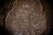 POMPEI. SCRITTE VANDALICHE SUI MURI DI UNA CASA ROMANA NEGLI SCAVI ARCHEOLOGICI DI POMPEI;