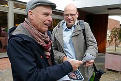 """Vor Beginn des """"Bürgerdialogs Standortsuche""""der """"Kommission Lagerung hoch radioaktiver  Abfallstoffe"""" haben die Bürgerinitiative Lüchow-Dannenberg und die Anti-Atom-Organisation .ausgestrahlt protestiert und auf das deutsche Atommüll-Desaster aufmerksam gemacht. Hier übergibt Wolfgang Ehmke (links), Sprecher der BI Lüchow-Dannenberg, ein Flugblatt an BUND-Sprecher Thorben Becker. <br /> <br /> Ort: Berlin<br /> Copyright: Andreas Conradt<br /> Quelle: PubliXviewinG"""