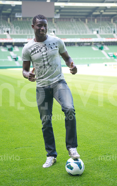 FUSSBALL   1. BUNDESLIGA   SAISON 2012/2013  Werder praesentiert Neuzugang Joseph Akpala am 27.08.2012 Neuzugang Joseph Akpala posiert fuer die Fotografen im Weser Stadion