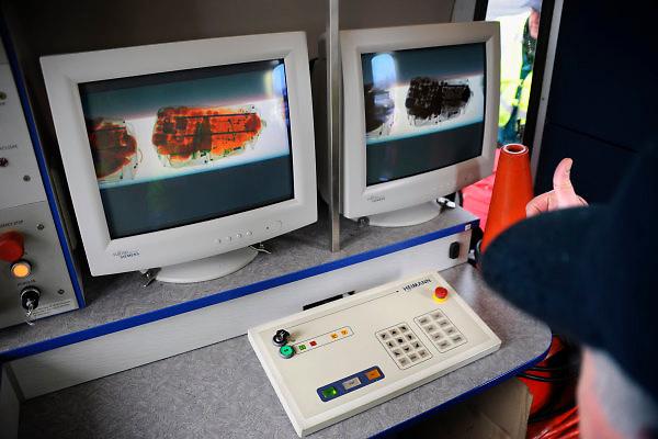 Nederland, A1, 1-4-2010Grenscontrole door de Douane en Marechaussee aan de grens met Duitsland. Bagage en reistassen worden in een mobiele scanner gescandFoto: Flip Franssen/Hollandse Hoogte