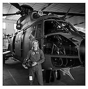Armeepilotin Danielle Starkl vor dem PC 6 / Superpuma der Schweizer Armee. Danielle Starkl est pilote de l'armée Suisse. Payerne, 2004. © Romano P. Riedo