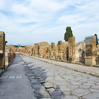 Pompeya (en latín: Pompeii) fue una ciudad de la Antigua Roma ubicada junto con Herculano y otros lugares más pequeños en la región de Campania, cerca de la moderna ciudad de Nápoles y situados alrededor de la bahía del mismo nombre en la provincia de Nápoles. Fue enterrada por la violenta erupción del Vesubio el 24 de agosto del año 79 d. C. y sus habitantes fallecieron debido al flujo piroclástico. Pompeya, Napoles, Italia. Pompeii was an ancient Roman town-city near modern Naples, in the Campania region of Italy, in the territory of the comune of Pompei. Pompeii, along with Herculaneum and many villas in the surrounding area, was mostly destroyed and buried under 4 to 6 m (13 to 20 ft) of volcanic ash and pumice in the eruption of Mount Vesuvius in AD 79. Naples, Italy
