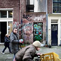 Nederland, Amsterdam , 31 januari 2012..Jordaan bewoners Fred en Chris (niet op de foto) ergeren zich mateloos aan enkele graffiti spuiters die hun hele buurt onderspuiten zoals bv hier in de Tichelstraat..Foto:Jean-Pierre Jans