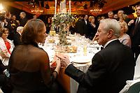 22 NOV 2002, BERLIN/GERMANY:<br /> Johannes Rau (R), Bundespraesident, und Ehefrau Christina Rau (L), waehrend dem Bundespresseball 2002 unter dem Motto Staats-Theater, rechts: Tissy Bruns, Vorsitzende der Bundespressekonferenz, Hotel Interconti<br /> IMAGE: 20021122-01-017<br /> KEYWORDS: Ball, Tanz, Presseball, Bundespräsident, Gattin, Ehefrau